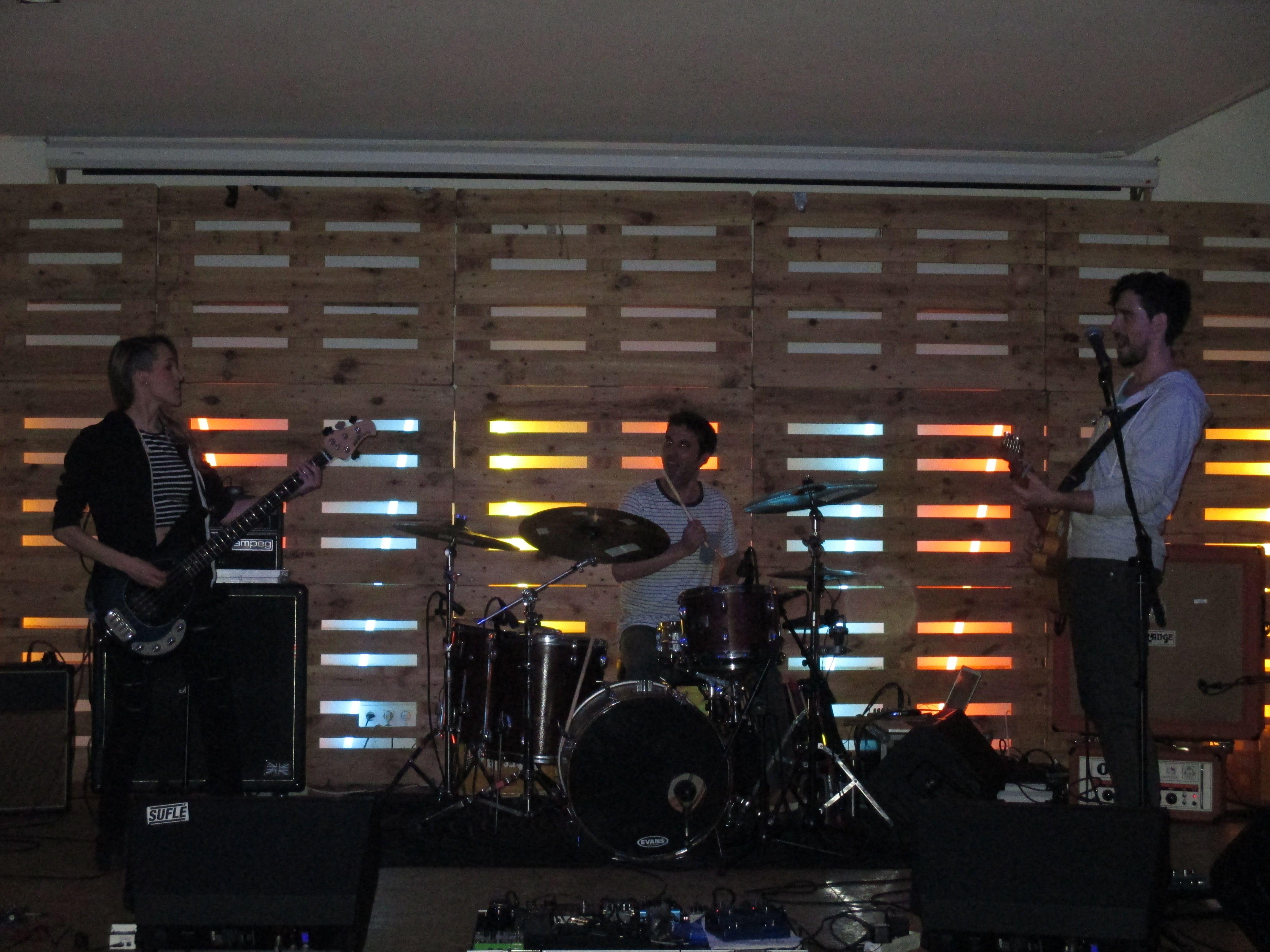 #AmordeTokio tocando en el #Dabadaba el 16-5-15 Cuarto concierto de su recien estrenada trayectoria que pinta muy bien.