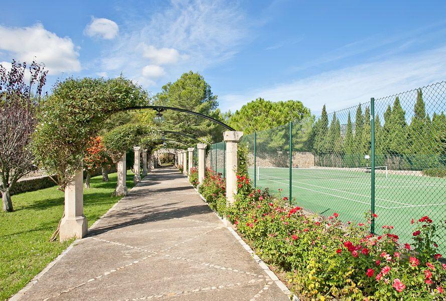Villa in toskanischem Stil mit eigenem Tennisplatz! Eine traumhafte Gartenanlage ist ebenfalls dabei... Dieser Ort lädt zum Träumen ein!