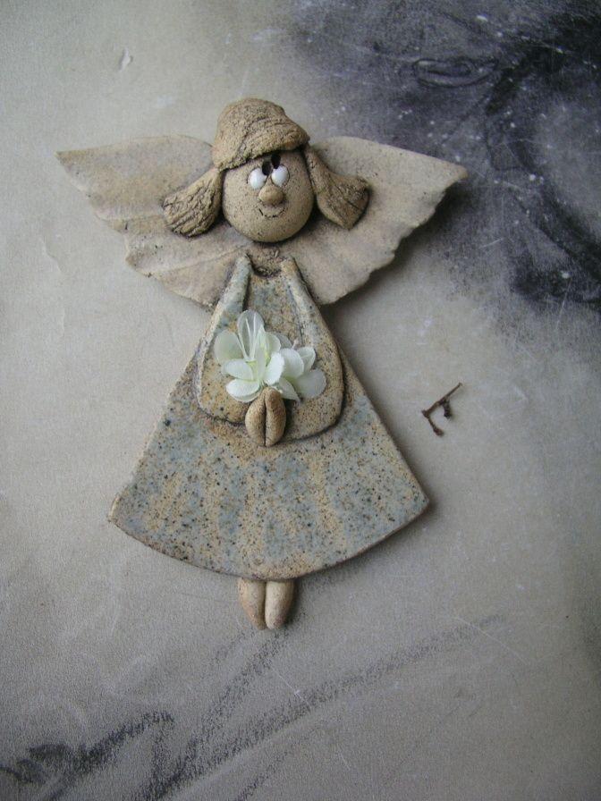 Andělka s kvítím Andělka na pověšení na zeď.Dlouhá 13 cm a rozpětí křídel 11,5 cm. Modrá matná glazura a bílá engoba