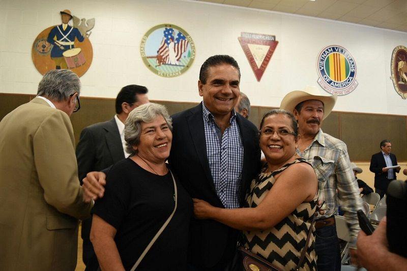 Durante la gira de trabajo que realizó en días pasados por la Unión Americana, el gobernador de Michoacán se reunió con familias de origen michoacano, dedicadas a la plantación de ...