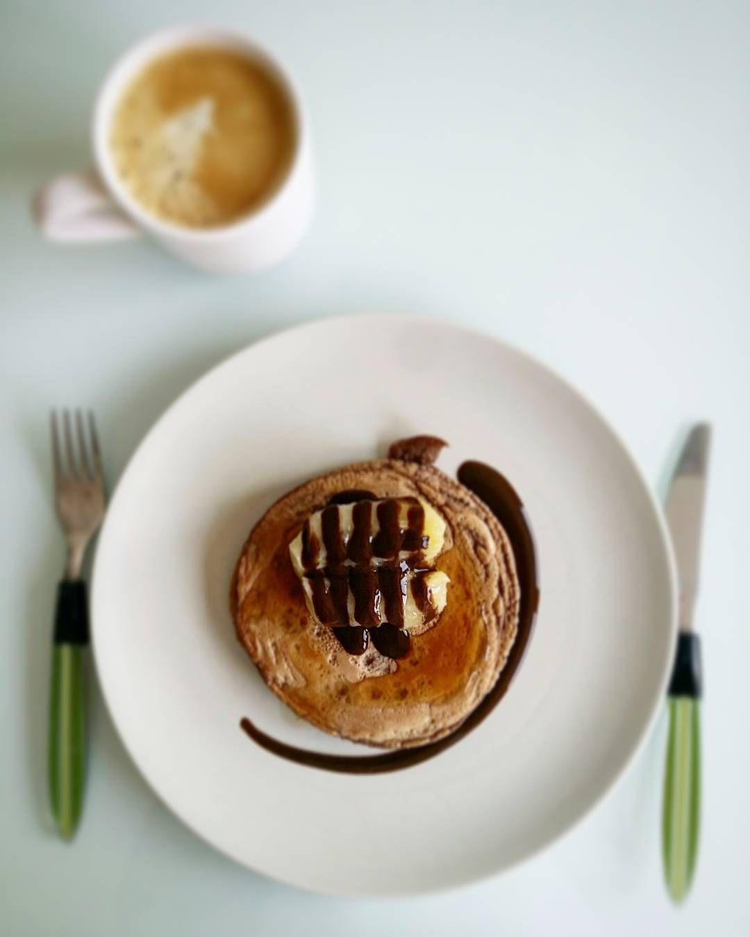 Desayuno tortitas sabor NutChoc de @max_protein con kiwi #zespri Gold  y salsa de chocolate zero calories de @servivita0.0 A POR EL MARTES!  (estoy  hemos dormido mal...  my little Pol sigue con bastante fiebre... )