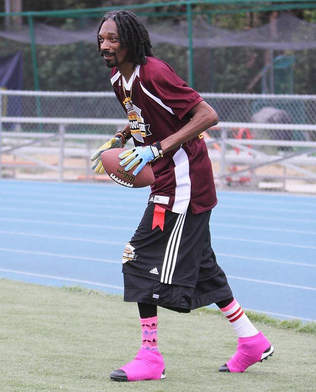 Snoop Dogg Took Part In A Charity Game Of Flag Football In California Latest Celebrity News Snoop Dogg Celebrity News