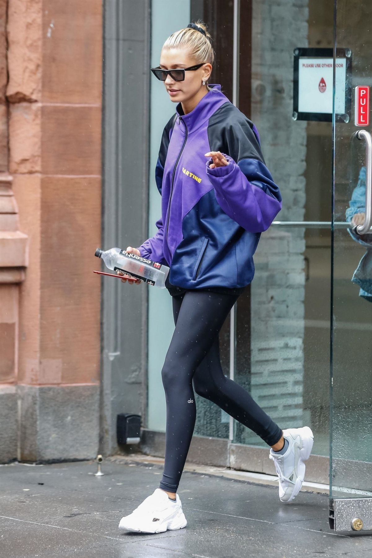 3498f304294282 Hailey Baldwin Leaves Starbucks in New York 08/13/2018. #summerstyle  #celebrity #fashion #celebrityfashion #celebritystyle #celebritystreetstyle  ...