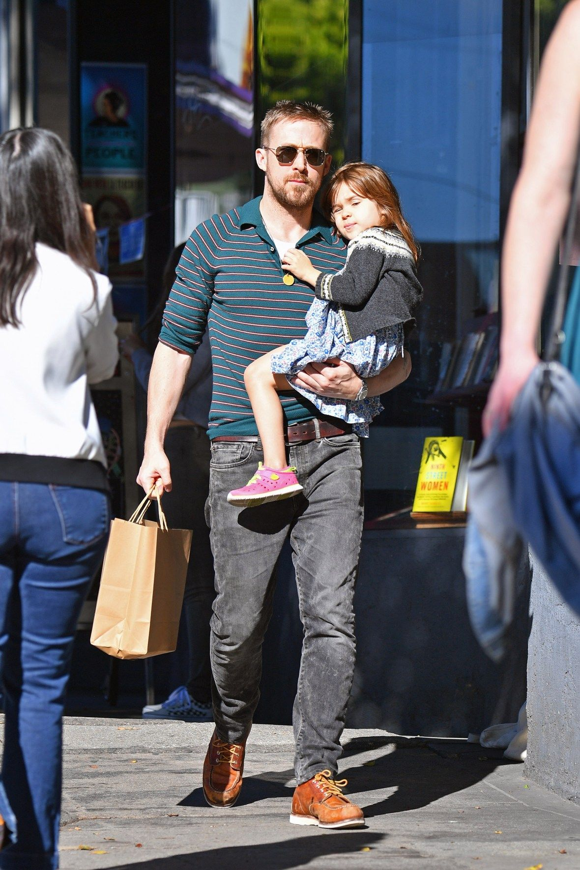 Ryan Gosling And Eva Mendes Daughter Esmeralda Looks So Grown Up Ryan Gosling Style Ryan Gosling Ryan Gosling Kids