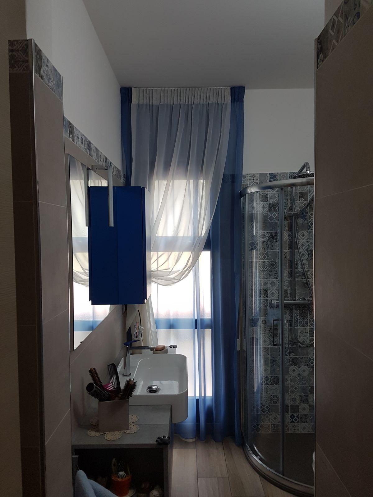 Tenda arricciata doppia per bagno tende da interni serramenti ed avvolgibili pinterest - Tenda per finestra bagno ...