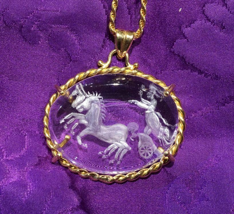Pendente cristallo di rocca Auriga Immagine mitologica incisa a mano su cristallo di rocca ovale cabochon cm 4 x 3 , pezzo unico, montatura in oro giallo 18 carati.