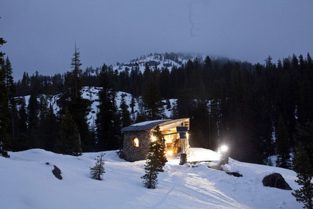 Any skiing enthusiast would covet this house - enough space to relax and lots of outdoor space to have fun in! #TinyHouseTuesday