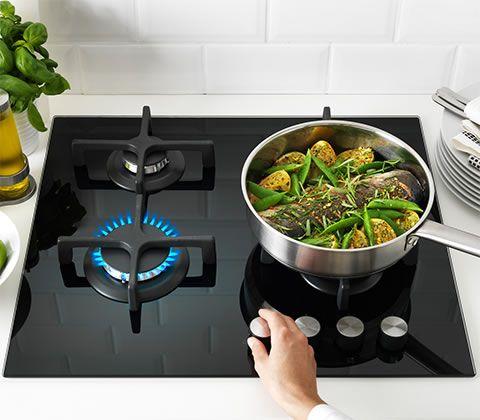 Wok sul bruciatore a gas di un piano cottura domino a gas for Fornello elettrico ikea