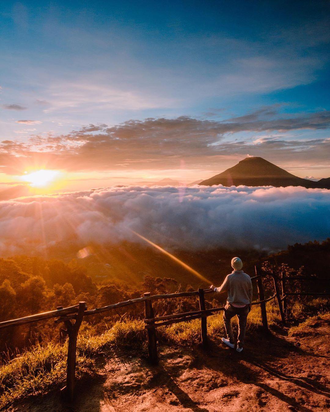 Pemandangan Sunrise Dari Atas Bukit Sikunir Image From Liburbeneran Di 2020 Pemandangan Bepergian Fotografi