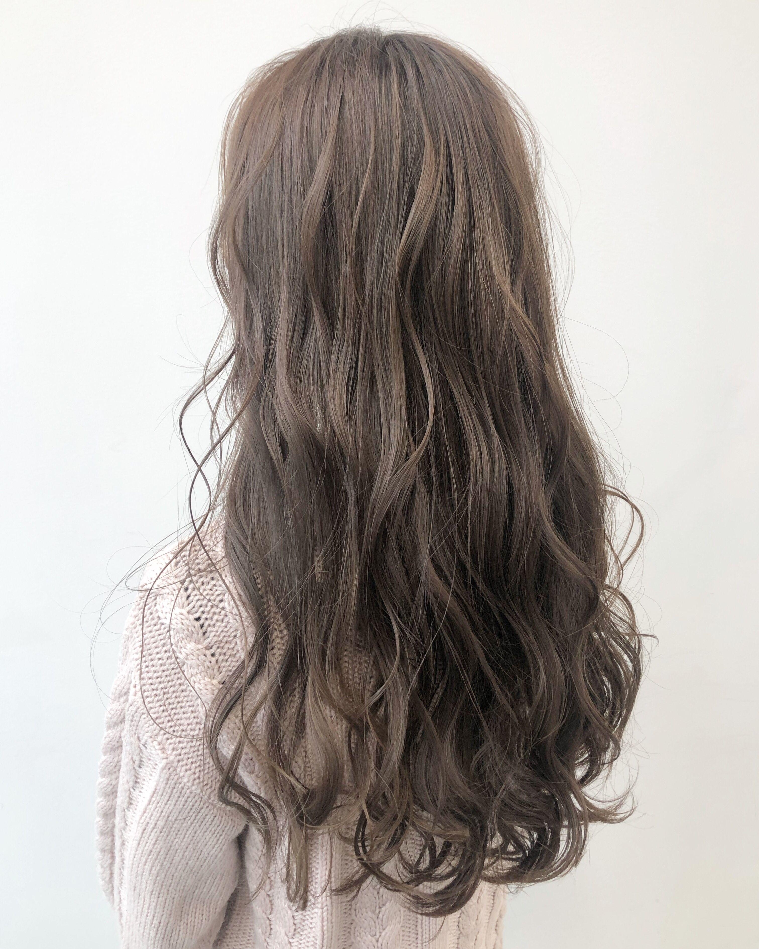 ミルクティーベージュ 外国人風カラー 髪色 ベージュ 髪型 ロング パーマ 髪色 ミルクティー