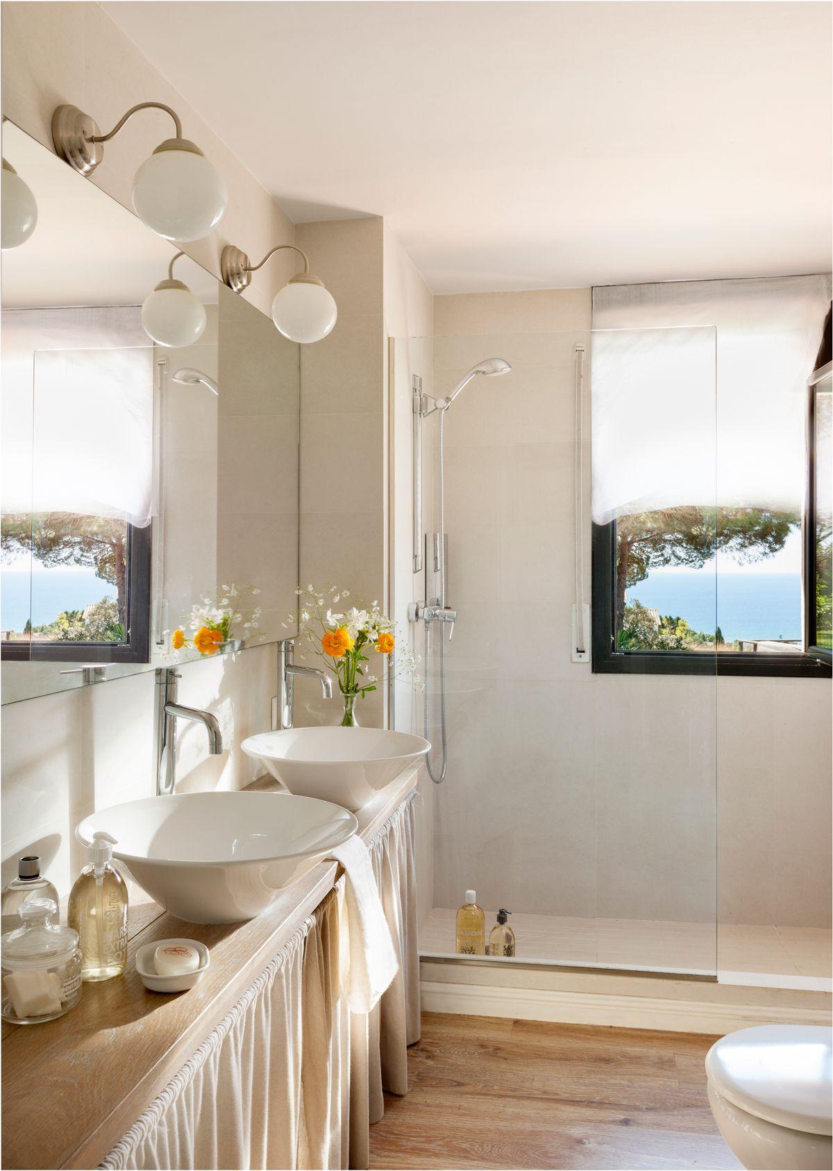 Baño con mueble con cortinas, lavamanos redondos y exentos, espejo ...