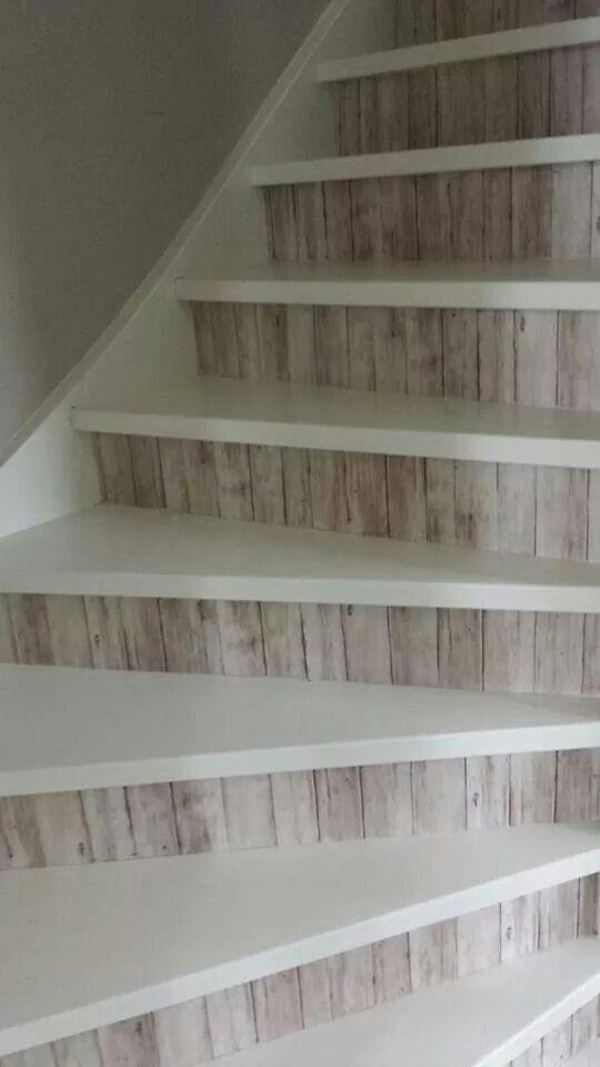 Laat jouw trap shinen met een likje verf en behang of stukken plastic met een leuke opdruk. Zo geef je de trap een mooie metamorfose!