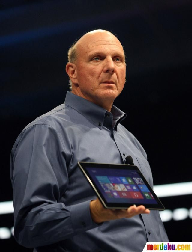 CEO Microsoft, Steve Ballmer memperlihatkan Microsoft Surface for Windows RT dan Windows Pro, senjata baru Microsoft di kancah perang tablet.