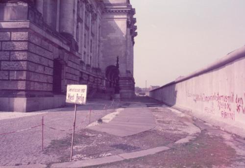 """Hinter dem Reichstag an der Berliner Mauer, Ebertstrasse Ecke Dorotheenstrasse - Auf dem Schild steht """"Sie verlassen jetzt West-Berlin"""" - das ging 1984 aber gar nicht!    Photo: Lutz Luedolph"""