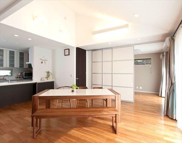 ブラックチェリーの床が温もりを醸し出すldk 住宅 注文住宅