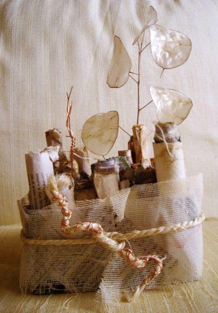 porta penne/pennelli realizzato con carta di vecchi libri e garza... http://serendipityofficinadelleidee.blogspot.it/