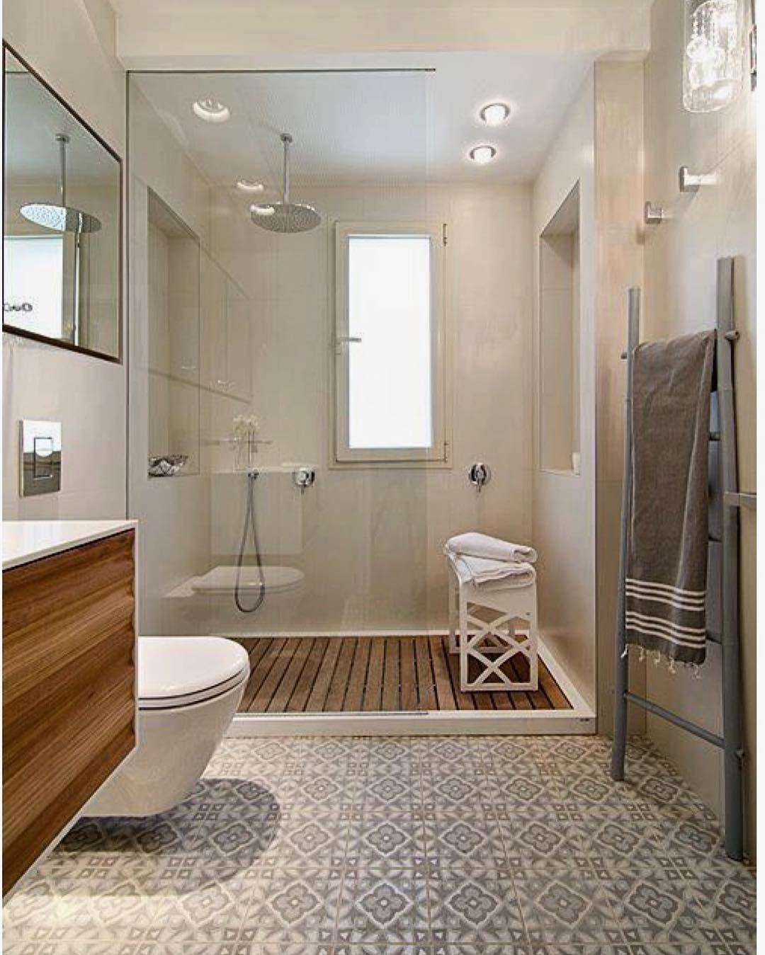 Ladrilho Hidraulico Piso Banheiro : Um banheiro amplo e bem iluminado que mescla ladrilho