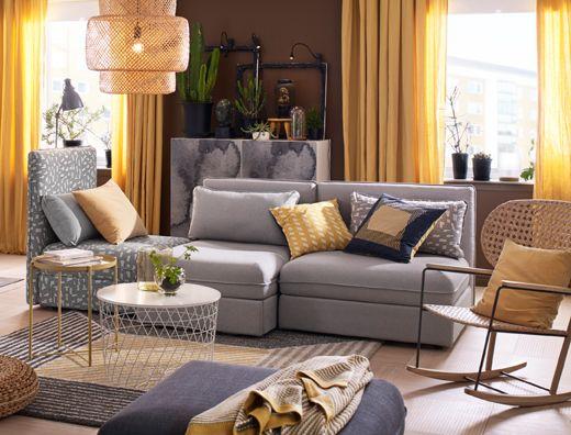 Salón mediano con una combinación de sofá de tres plazas, en gris ...
