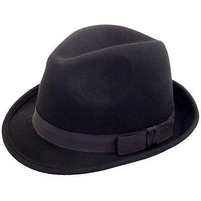9eec2a100 Clásico sombrero de fieltro de color negro con una cinta de tafetán ...