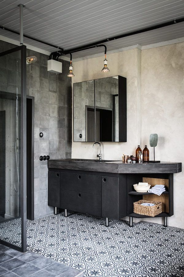 Mosaic tiles in the bathroom a vintage industrial home in for Banos vintage industrial