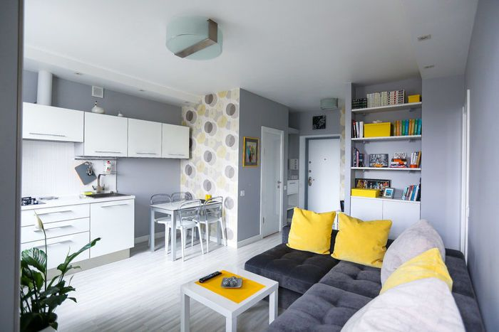 Симпатичен интериор на малък апартамент в сиво и жълто