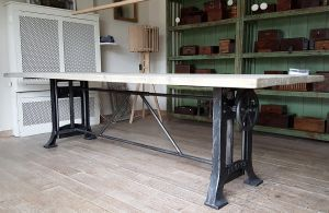 Gietijzeren Onderstel Tafel : Industriële tafel met gietijzeren onderstel woonkamer in 2018