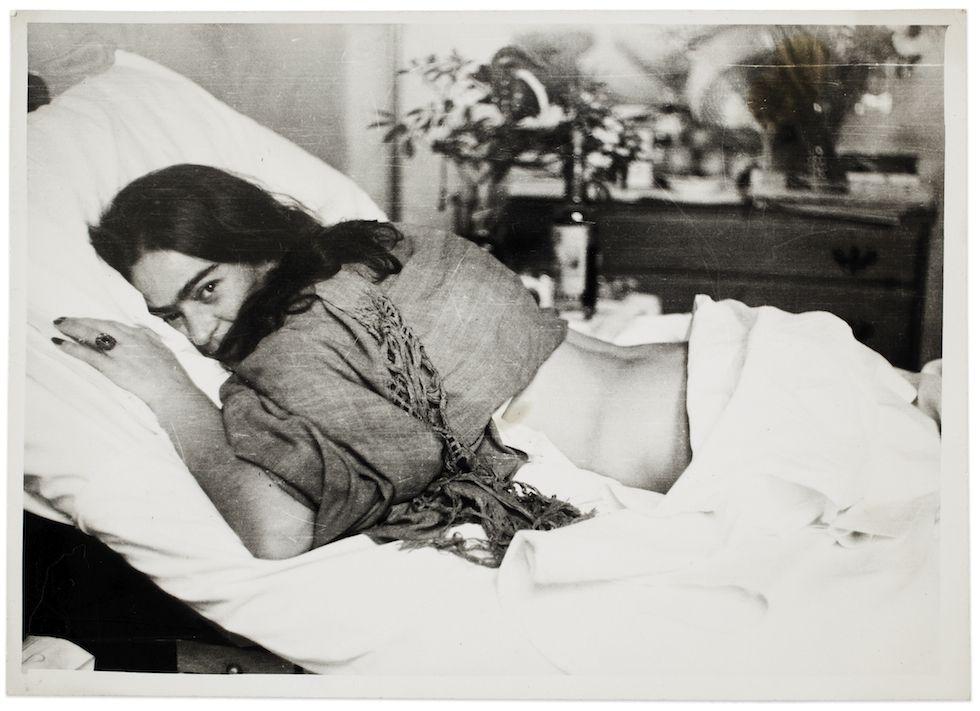 Il Post - Fotografie insolite di Frida Kahlo - Frida a pancia in giù, fotografata da Nickolas Muray, 1946