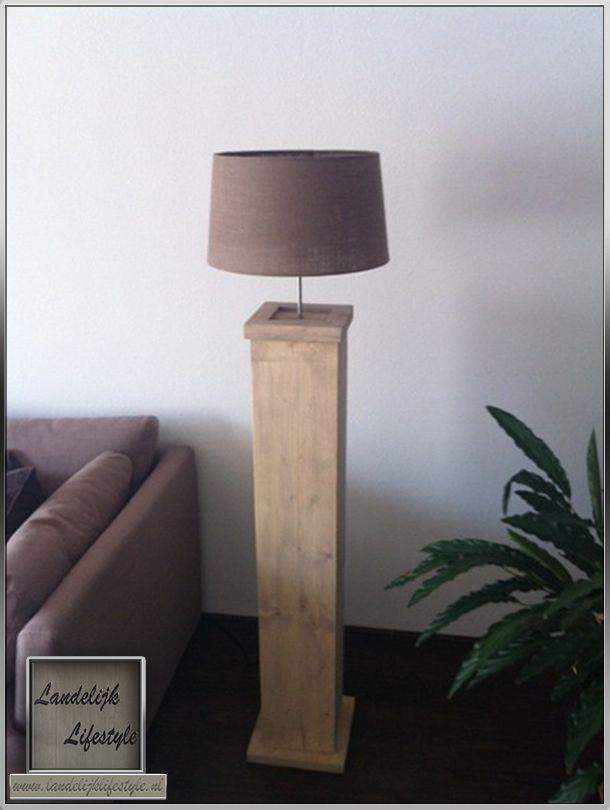 Mooie strakke vloerlamp gemaakt van nieuw steigerhout.  opties: -voetplaat -bovenrand -grey wash -hoogte zuil = 120cm