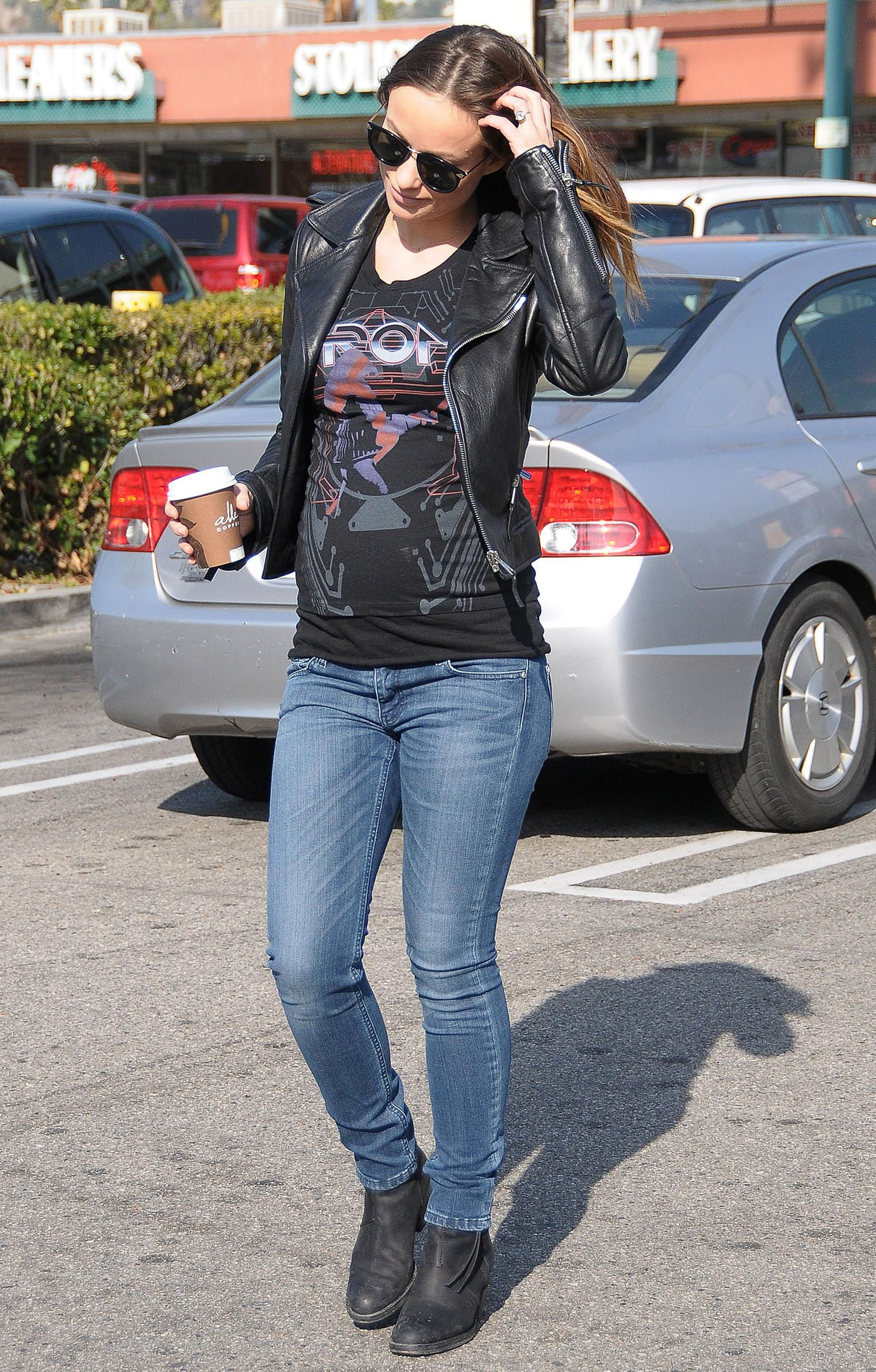 7117b1b4fc9cb Olivia Wilde pregnant and still thin Pregnant Outfits, Cute Maternity  Outfits, Pregnant Mom,
