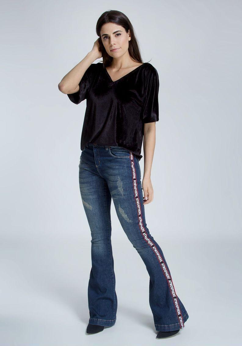 calça jeans flare com listra lateral. como usar peças esportivas. look  trabalho. look outono. look inverno. tendencias inverno 2018. tendência  esportiva no ... 86a513746a4