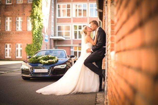 Brautpaar von Audi R8 als Hochzeitsauto - Portrait Hochzeitsfoto : Brautpaar von Audi R8 als Hochze