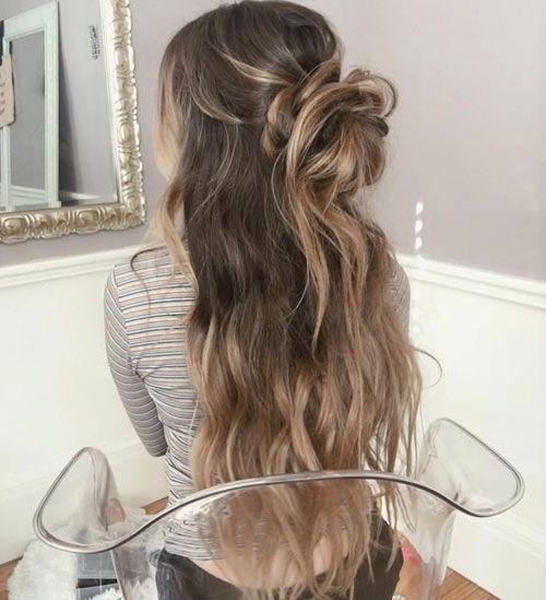 Half Updo Unordentliches Bun Beliebte Frisuren Pinterest Haar