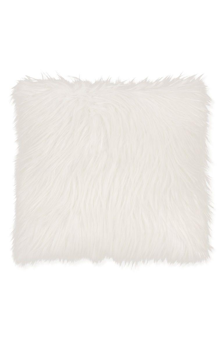 Primark - Coussin en fausse fourrure   poils longs   Coussin ... 98f64d14f954
