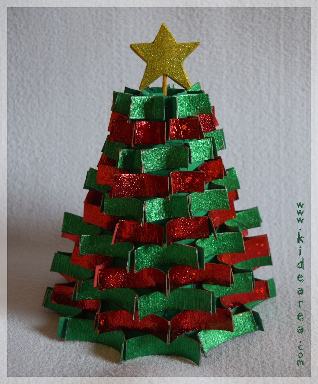Arbolito de navidad con material reciclado manualidades for Manualidades para ninos de navidad faciles