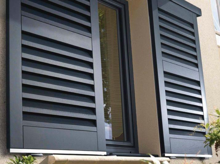 Volets noirs coulissants modernes de chez lapeyre avec un for Volets bois coulissants exterieurs