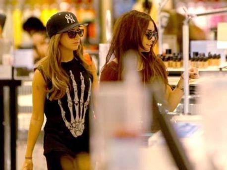 Vanessa Hudgens y Ashley Tisdale ¡van de compras!