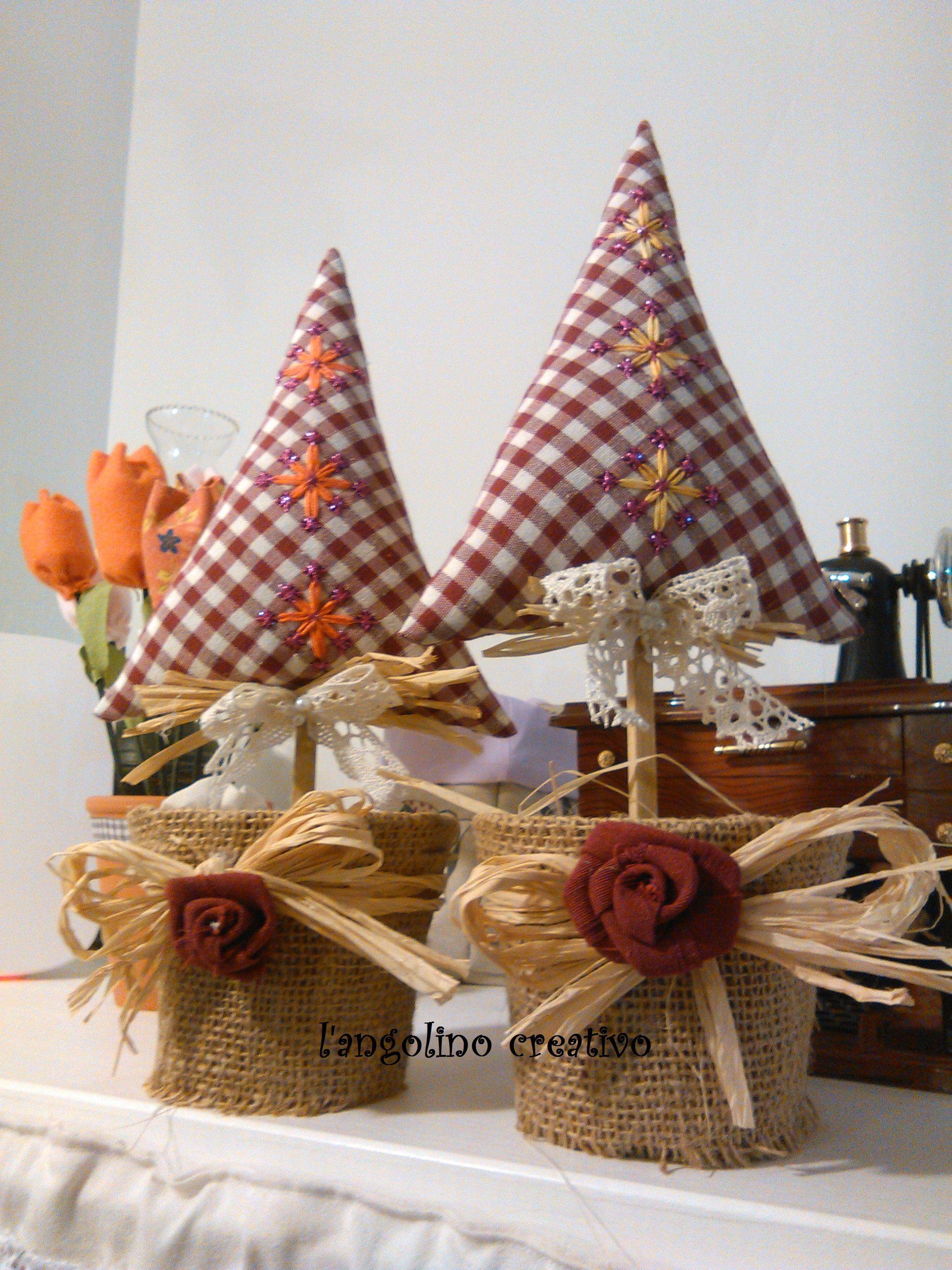 Alberelli di natale stile country con ricamo suisse for Alberelli di natale