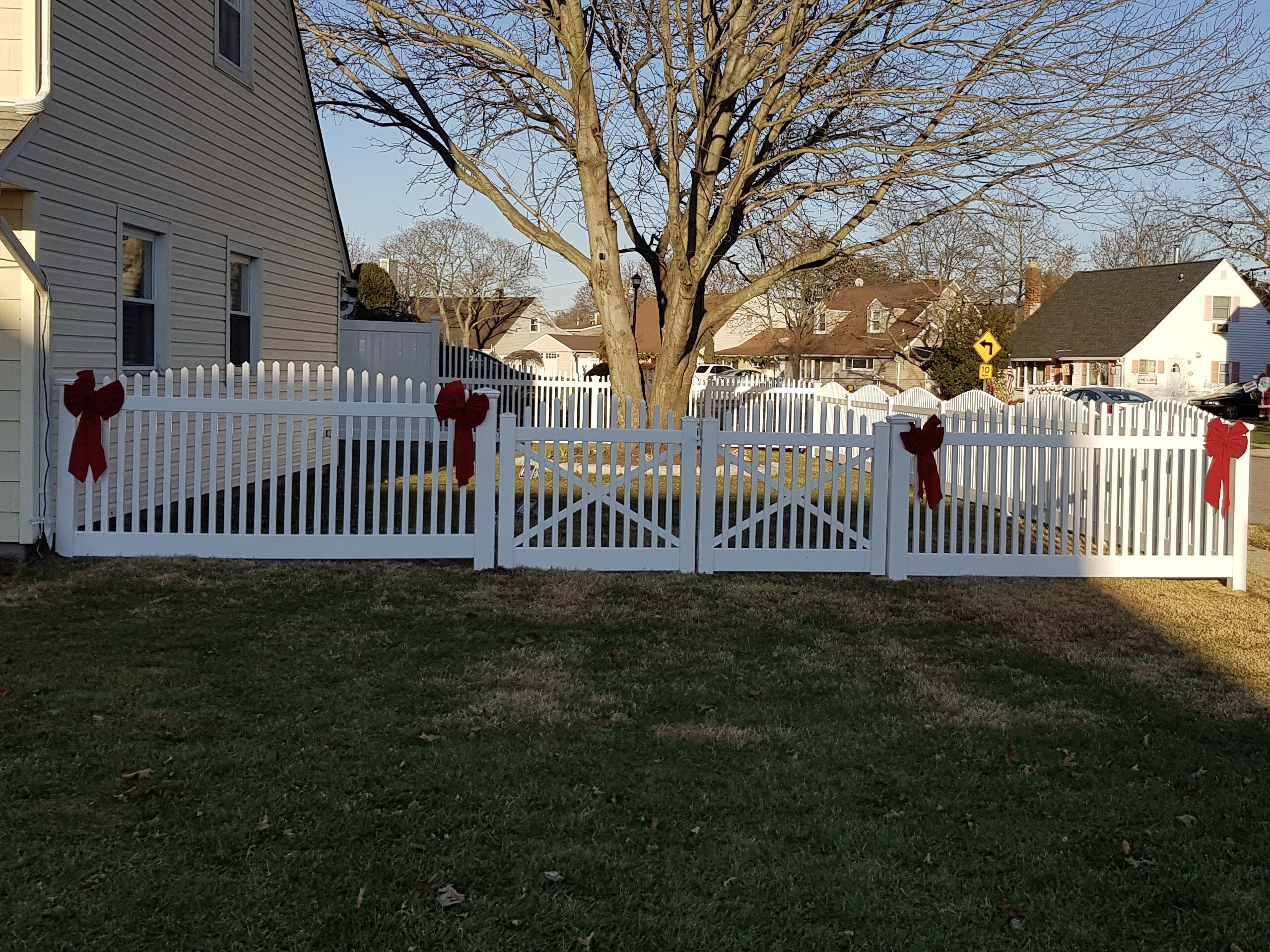 Pvc Convex Saturn Scallop Fence And Double Gates Installed By Liberty Fence Railing Double Virgin Vinyl Gates And Railings Gate Fence