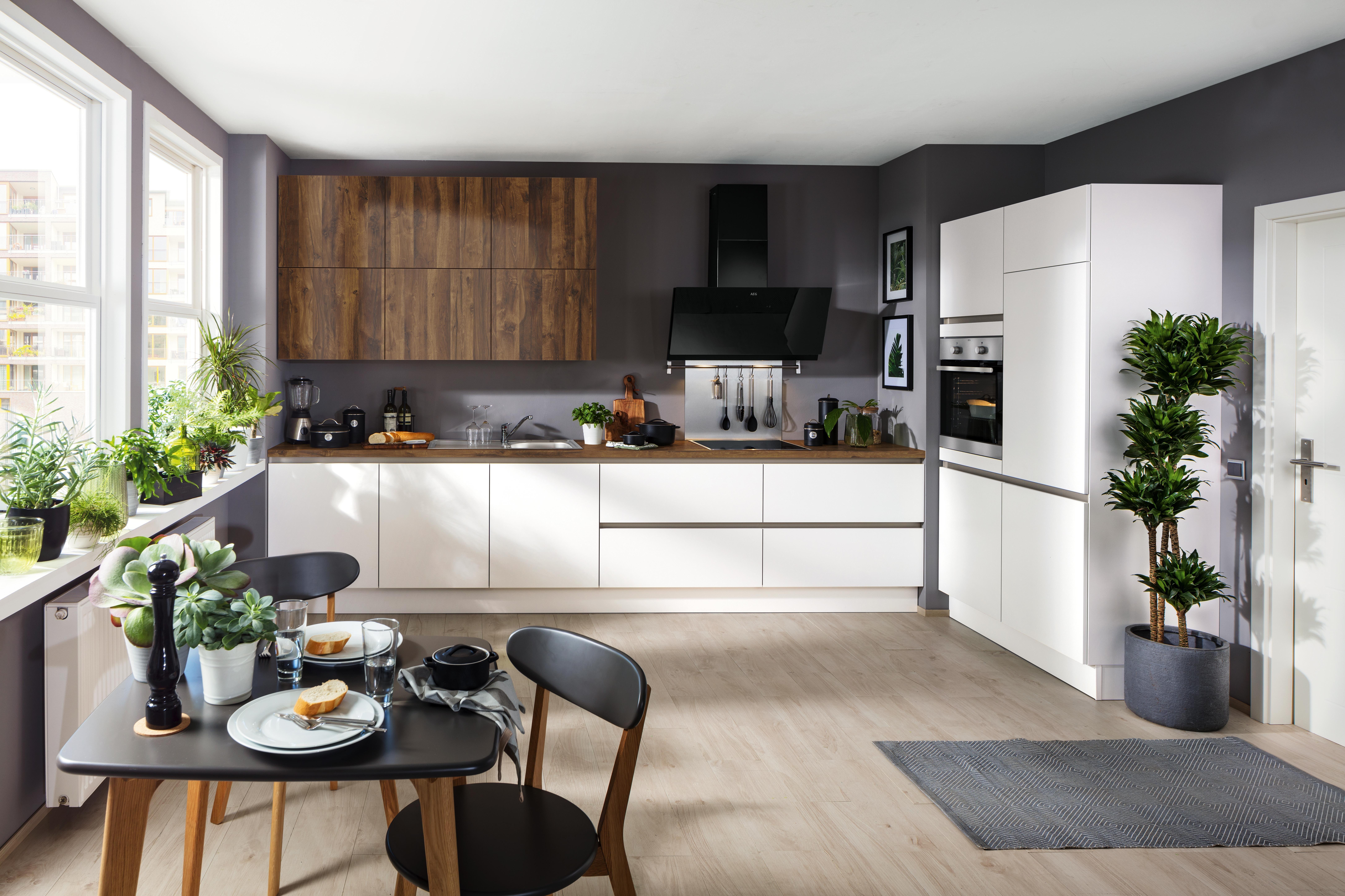 Weiße Küche mit in modernem Look mit Arbeitsfläche aus