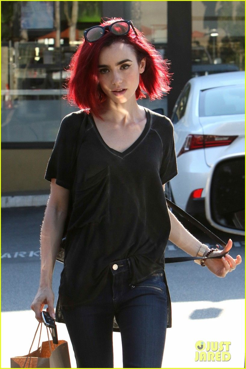 Lily Collins Goes Red See Her New Hair Color Lily Collins Debuts New Bright Red Hair 04 Photo Bright Red Hair Short Red Hair Dyed Red Hair