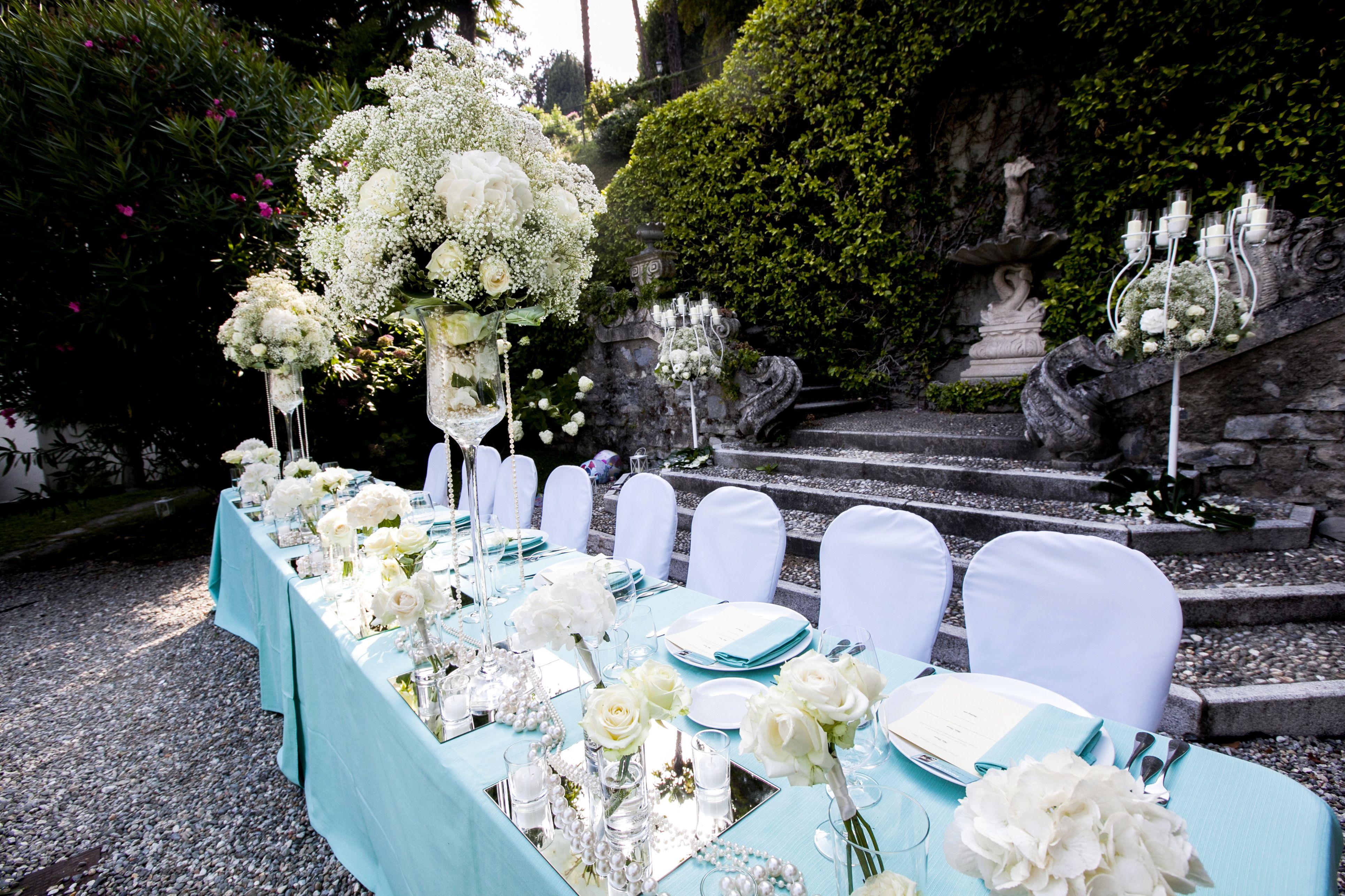Un magnifico allestimento in giardino tra centrotavola fioriti e candelabri a tema ideato da - Allestimento giardino ...