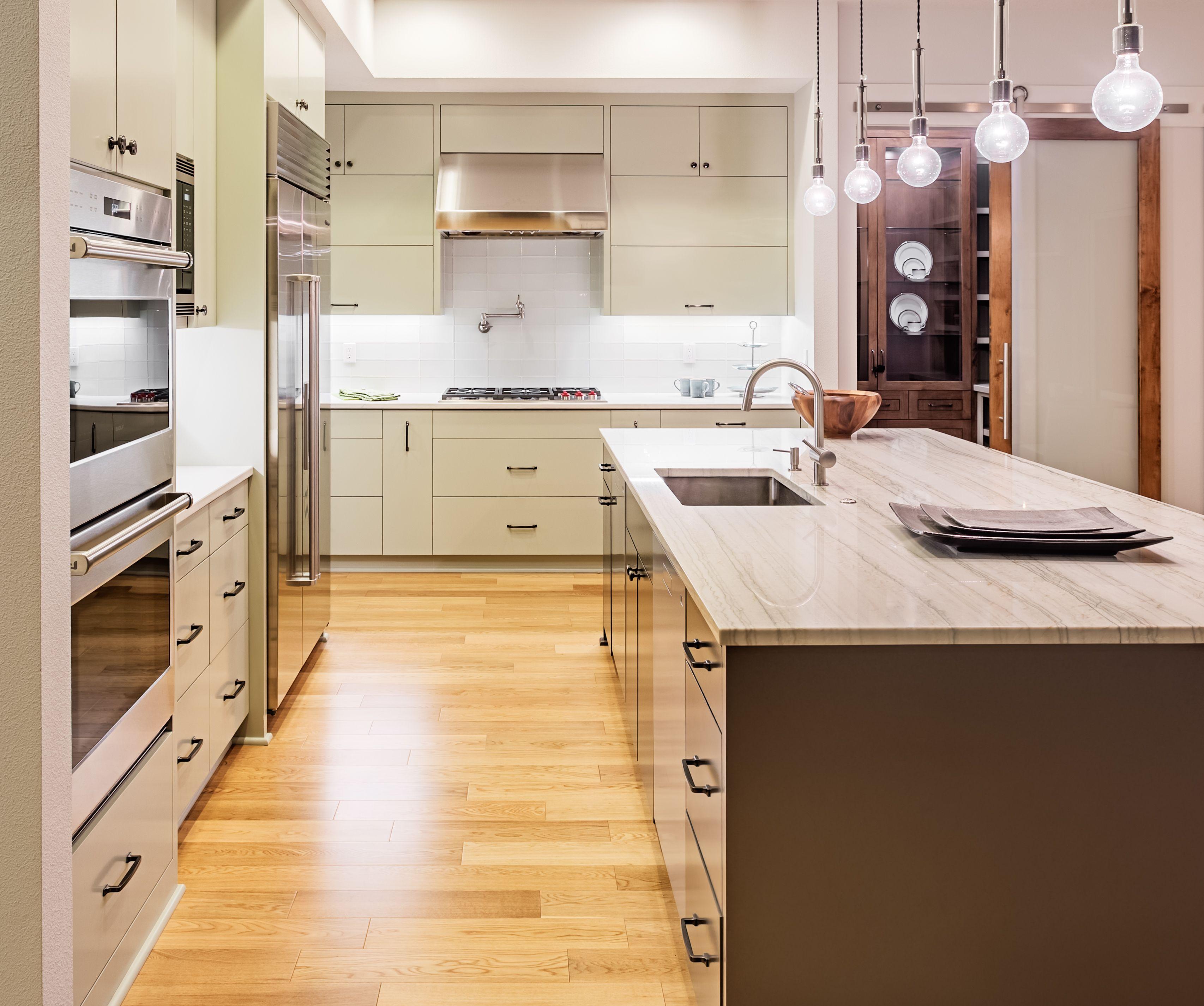 Jasna Drewniana Kremowa Kuchnia Z Wyspą Kuchenną Uwagę