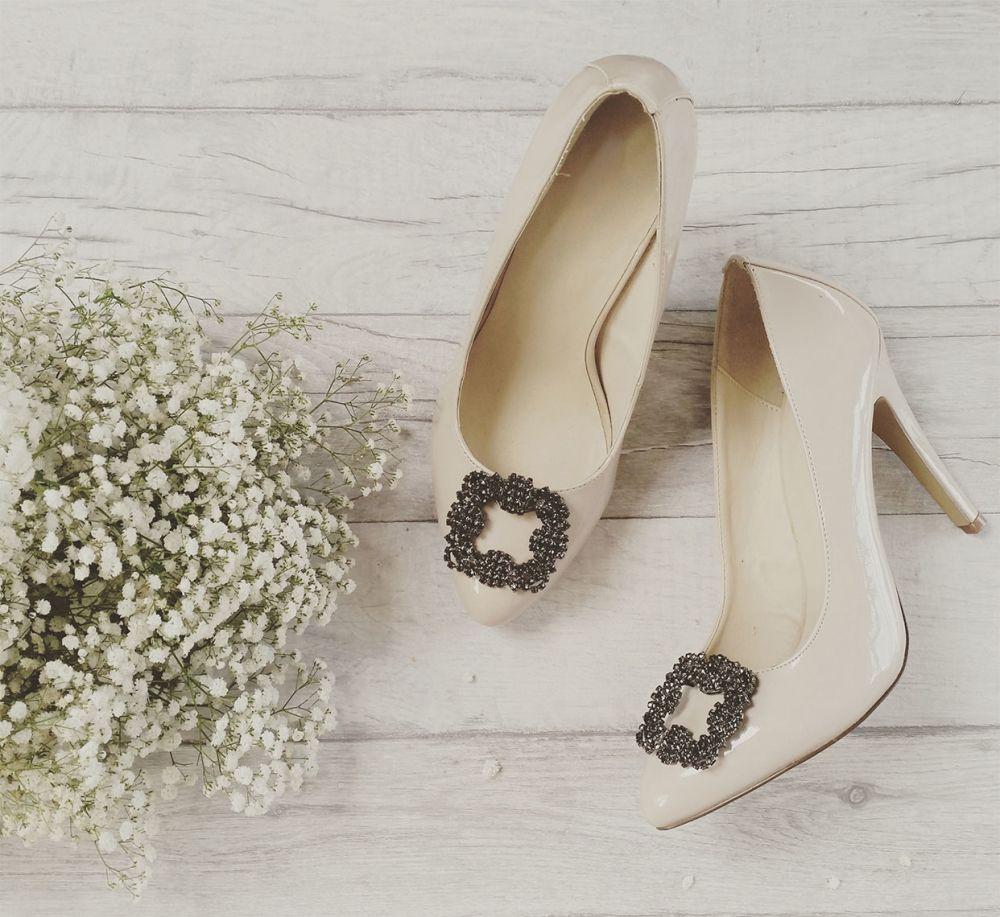 Klipsy Na Buty Manolo Square W Kilka Sekund Odmienia Twoje Szpilki W Luksusowe Obuwie Tak Jakby Wlasnie Zostaly Kupione W Nowojor Shoe Clips Chic Shoes Manolo