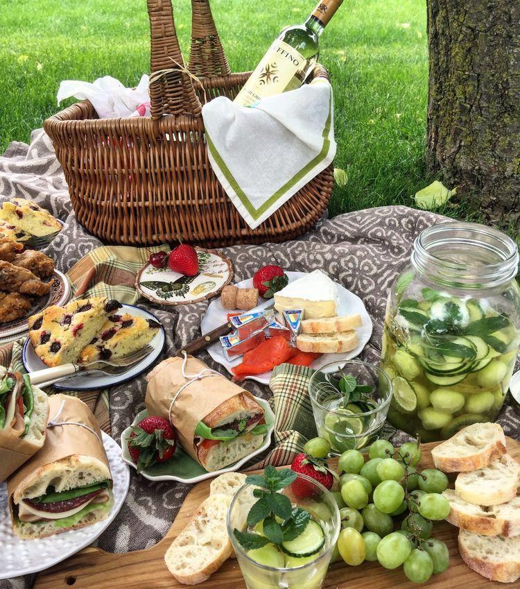 Picnic Romantico En El Campo Unas Ideas Originales Picnic Romantico Comida Desayuno De Picnic Picnics Romanticos