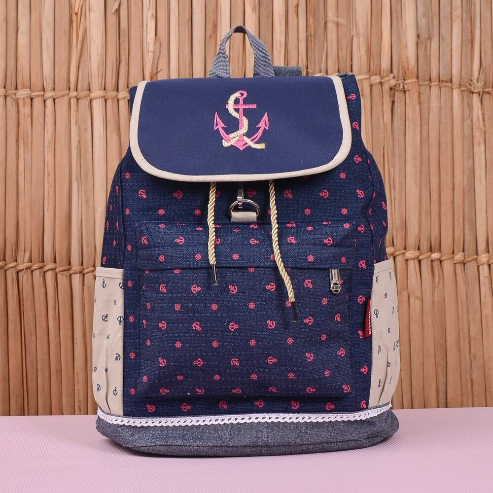 A Mochila Maternidade Navy Rosa engana quem pensa que essa é uma mochila comum! Com compartimentos internos e externos, ela serve para carregar todos os pertences do bebê com estilo e muita praticidade!