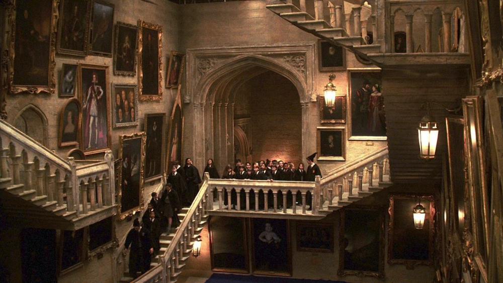 Grand Staircase Uploaded By On We Heart It Desktop Wallpaper Harry Potter Harry Potter Wallpaper Harry Potter Background