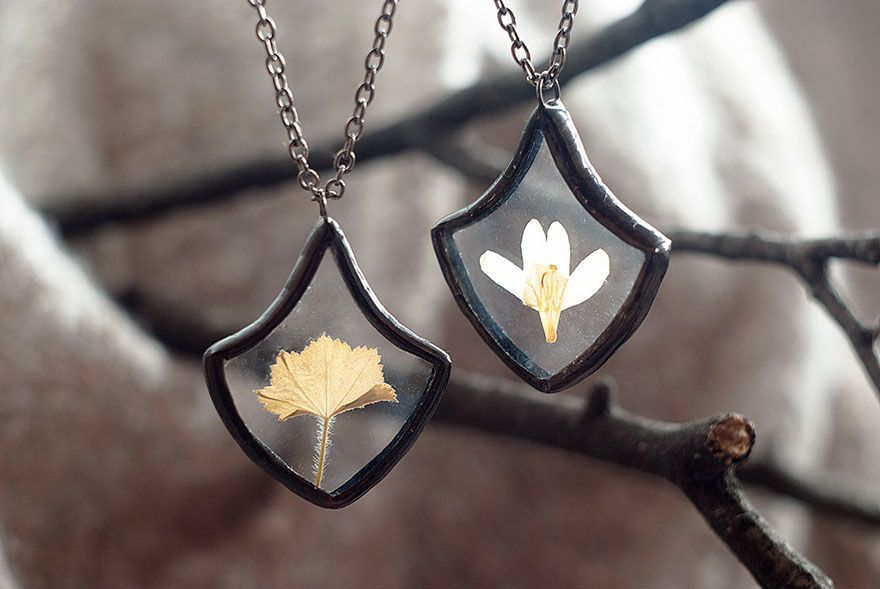 Love nature? Can't get enough of it? Then good news, because Russian jewelry designer Stanislava Korobkova has created these beautiful vintage-style pendants that each contain its own little piece of mother nature.