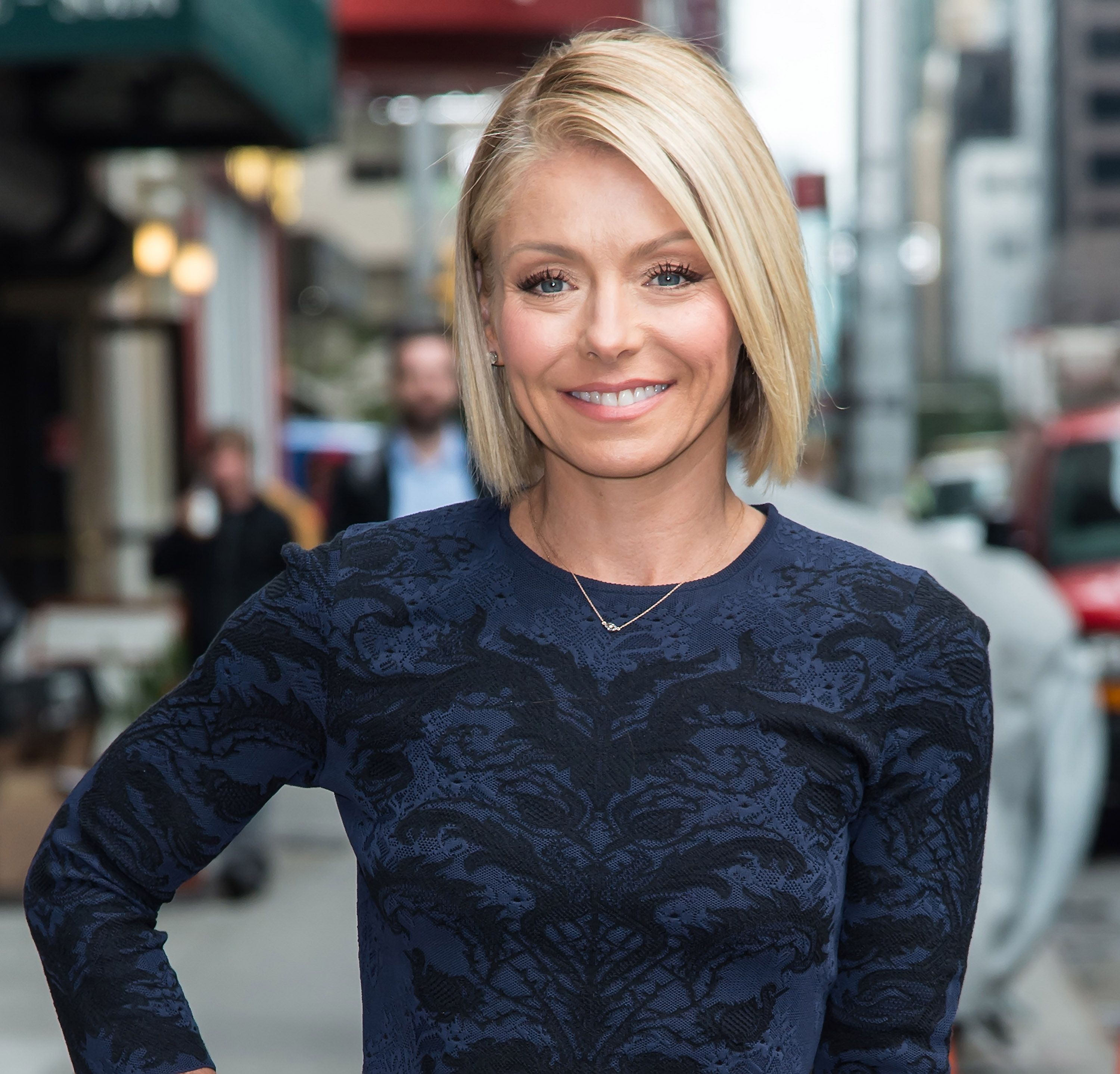 Kelly Ripa Debuts Yet Another New Hair Color See The Pics A