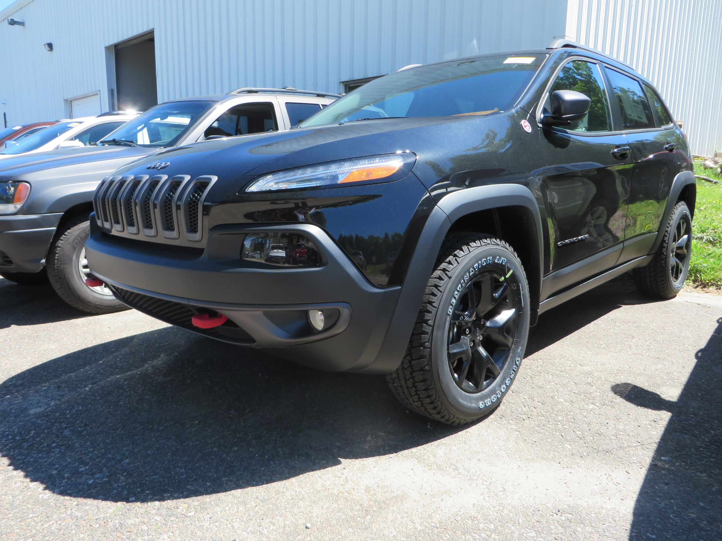 2014 jeep cherokee trailhawk with black aluminum rims