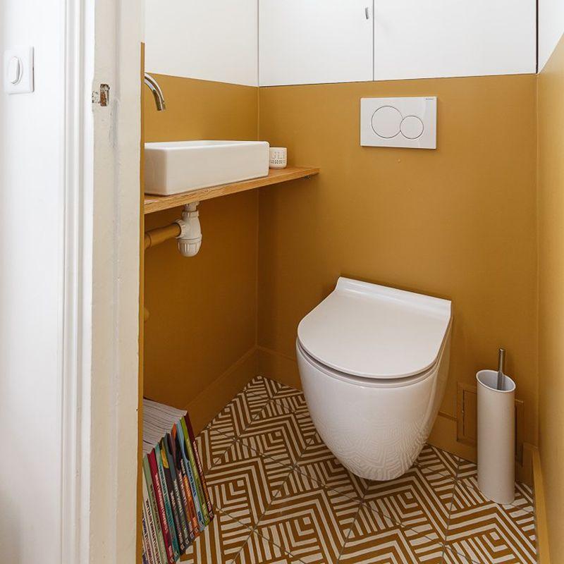 sol de toilettes en carreaux de ciment